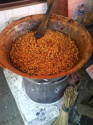 Proses pemasakan gula kacang.