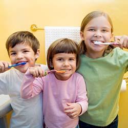 Gosok gigi ramai-ramai.