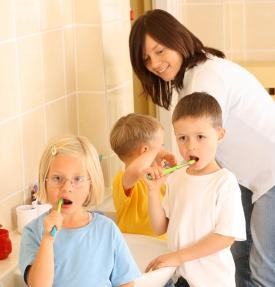 Orang tua perlu menyempatkan diri menemani anak gosok gigi.