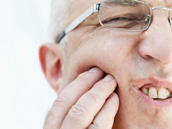 Sakit gigi bisa diobati sementara dengan minyak cengkeh.