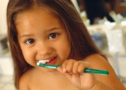Anak-anak suka pasta gigi rasa buah.