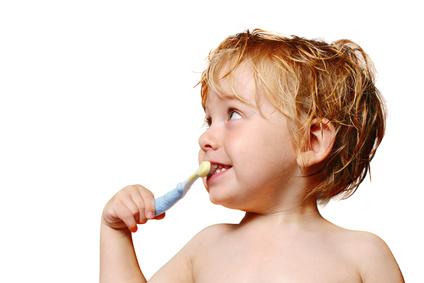Sejak kecil sudah dibiasakan untuk menggosok gigi.