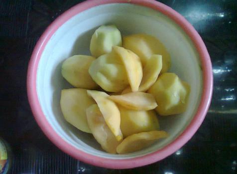 Daging buah dipotong sesuai selera.