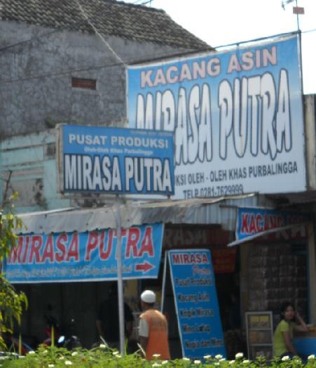 Salah satu toko penjual kacang asin Purbalingga.