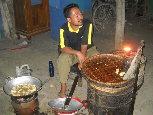 Penjual angkringan geblek di Petanahan, Gombong, Kebumen.