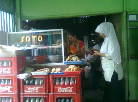 Suasana di warung soto tempat penyiapan soto.