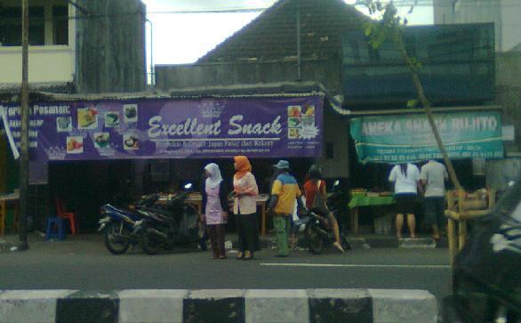 Situasi beberapa tempat penjual jajanan pasar di jalan magelang, Yogyakarta.