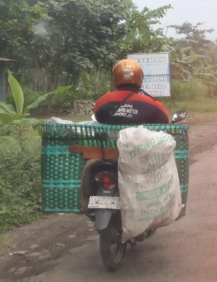 Ini ada ekstra bagasi juga pakai karung.