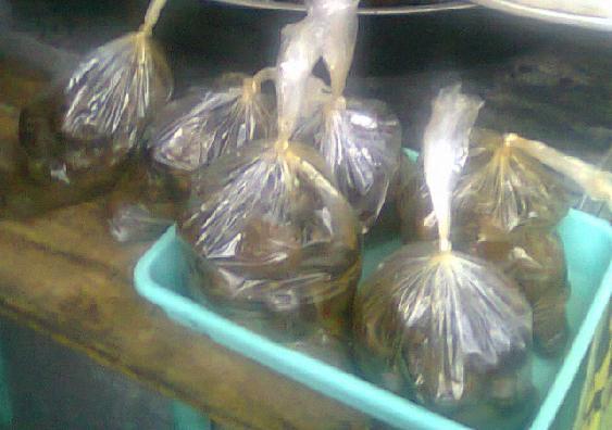 D angkringan jl Pereng, Kraca dijual dalam bungkusan plastik.