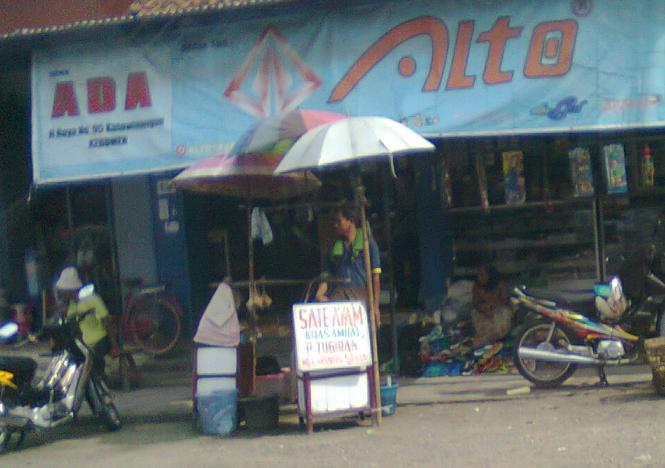 Penjual sate Ambal di Kutowinangun.