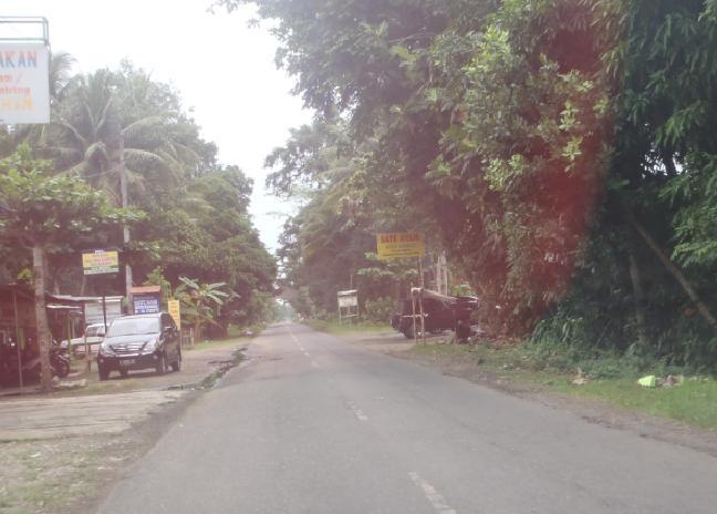 Suasana jalan di daerah Ambal yang penuh papan nama warung sate.