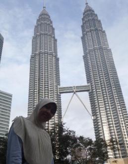 Di depan Twin Tower Petronas - Kualalumpur.