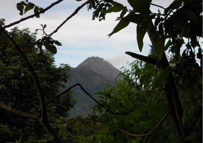 Gunung Merapi di kejauhan.