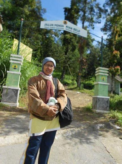 Di depan gerbang pendakian Merbabu.